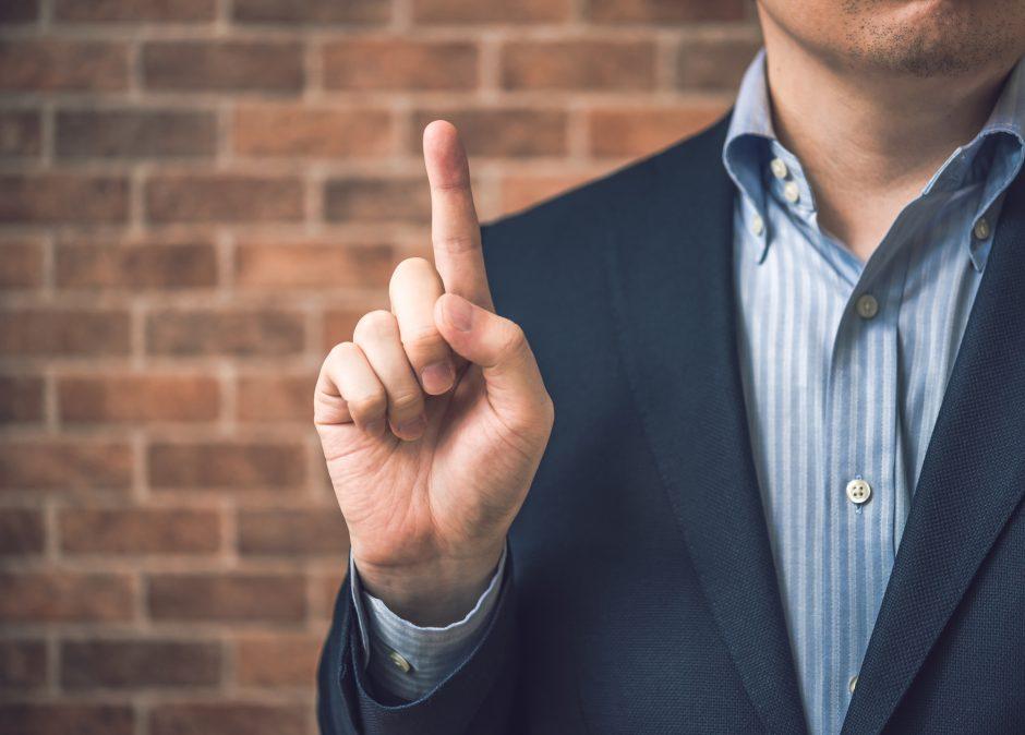男性が指を立てている写真
