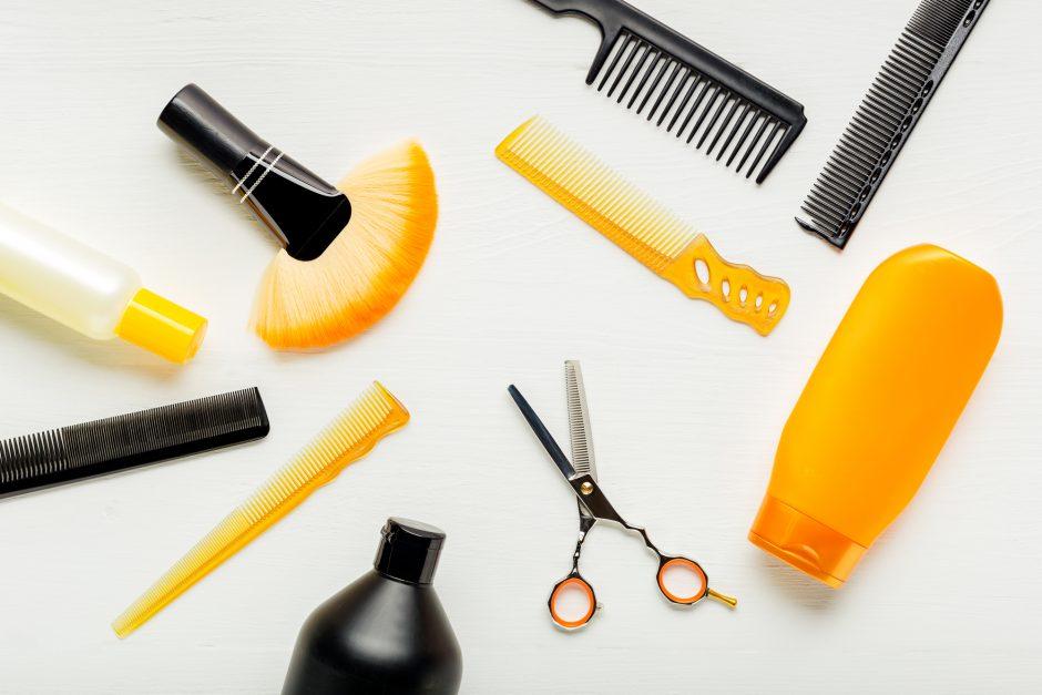 美容師道具が一面に散らばった写真