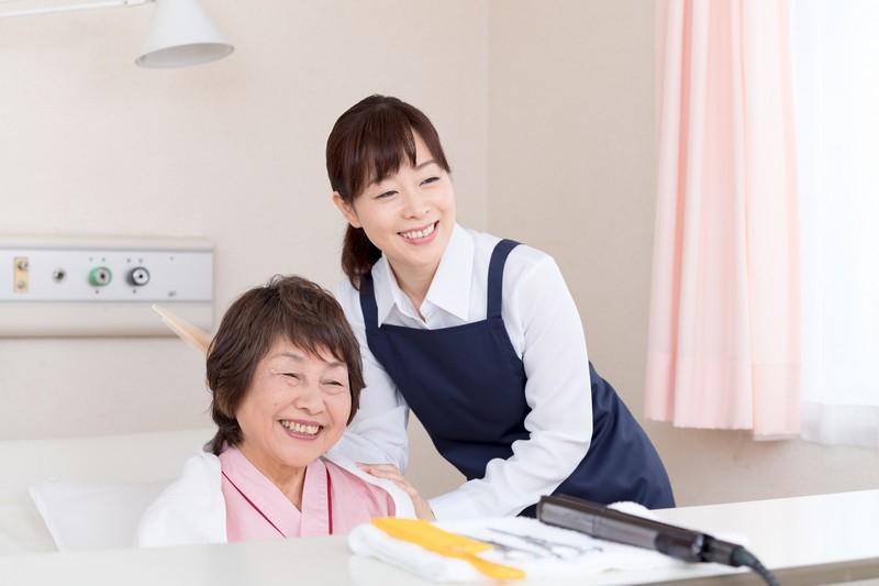施設に訪問カットにきた美容師と、嬉しそうなお客様