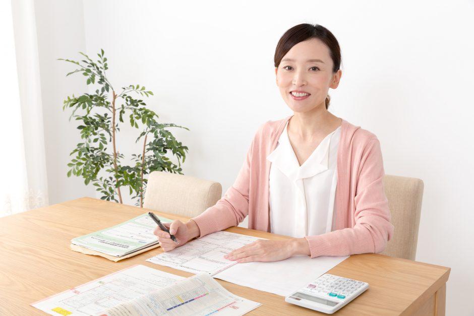 確定申告の書類を書いている女性