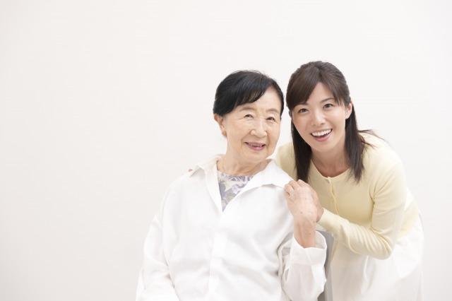高齢の母と手を取り合う娘