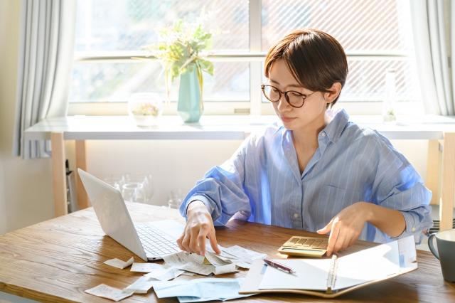 確定申告のためパソコンを見ながら終始計算をしている女性