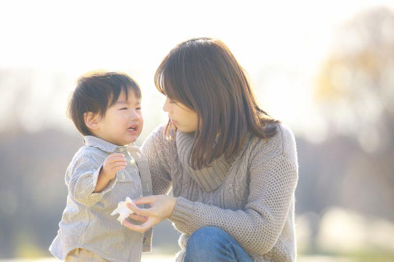 泣いてる赤ちゃんをあやすお母さん