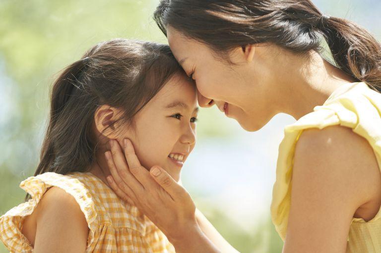 笑顔で子どもと接するお母さん