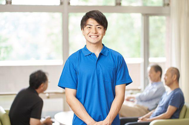 笑顔で介護職員初任者研修を受ける男性