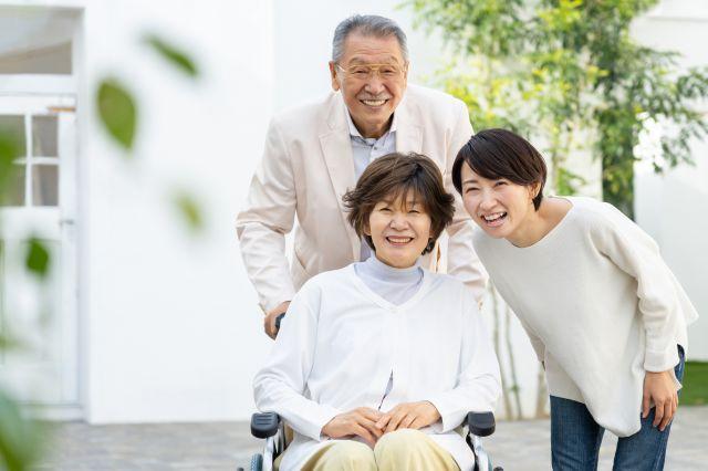 楽しそうに微笑む介護者とその家族
